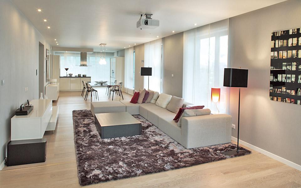 Musterwohnung Wohnzimmer + Essbereich (im Hintergrund)