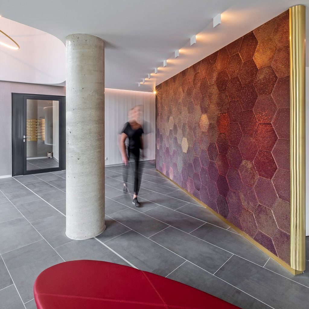 Opal Foyer Glasperlenwand